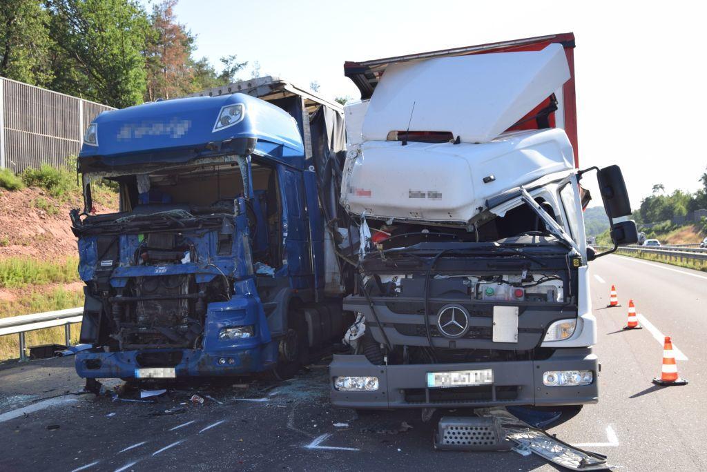 Aus dem blauen Sattelzug mussten Einsatzkräfte einen 50-Jährigen befreien. Der Fahrer war schwer verletzt und eingeklemmt.